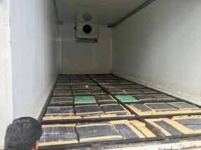 """Debajo del piso y las paredes del camión, se escondían 3.780 paquetes rectangulares tipo """"ladrillos"""""""