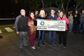 El intendente Franco Aranda entrega una ayuda económica para la colocación de la alarma comunitaria