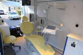 El equipo odontológico está montado sobre un Renault Master y equipado con un consultorio completo que incluye sillón con rayos x, lámpara LED, cavitador neumático, y grupo electrógeno