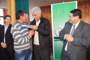 El ministro de Desarrollo Humano, Walberto Allende entrega un DNI