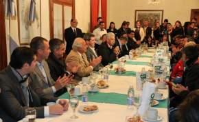 Habla el ministro de Desarrollo Humano, Walberto Allende durante la antrega de audífonos