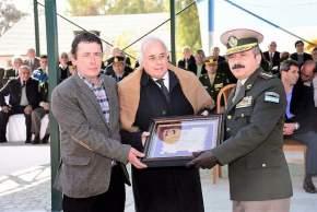 Obsequio de la Cámara de Diputados, entregado por el vicegobernador Marcelo Lima y el diputado Héctor Pérez