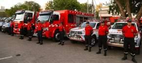 Tres camionetas Toyota Hilux equipadas para intervenciones rápidas para combatir incendios forestales y rurales; dos autobombas Iveco y un ómnibus para el traslado de los músicos de la banda instrumental de la Policía