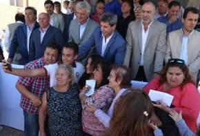 """Entrega del Barrio """"Unión Obrera y Empleados Plásticos"""" en Rawson"""