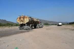 Camiones llevan agua a zonas afectadas por incendios