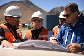 El ministro de Minería, Alberto Hensel y el secretario de Gestión Ambiental y Control Minero, Eduardo Machuca en la escombrera Cerro Amarillo de la empresa minera Los Pelambres
